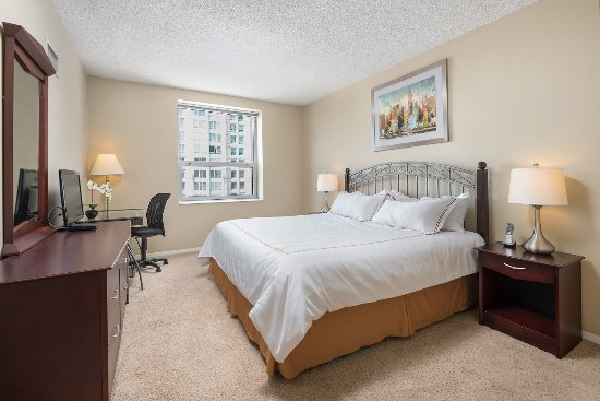 Manilow Suites at The Grand Plaza: Luxurious bedrooms