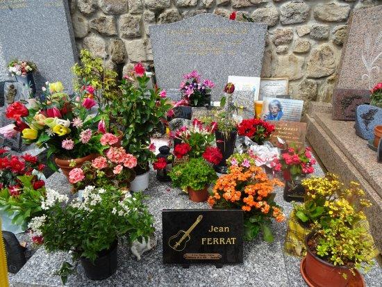 Antraigues-sur-Volane, France : La tombe de JEAN à droite à l'entrée du cimetière