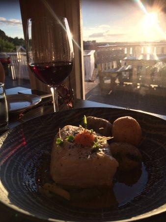 Lovund, Noruega: Kveite og et glass Saladini Pilastri, Rosso Piceno 2014