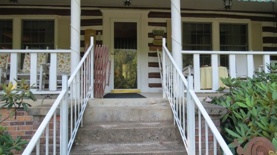 Roan Mountain Bed and Breakfast: Front entrance to the house