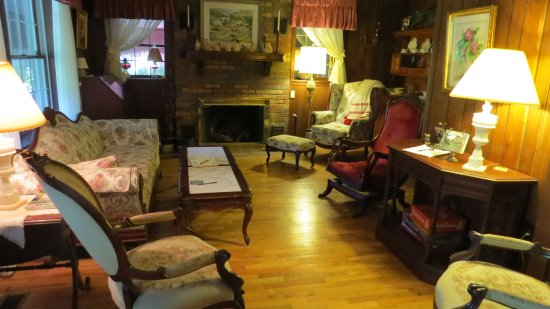 Roan Mountain Bed and Breakfast: Living room