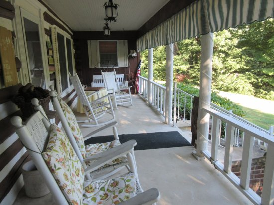Roan Mountain Bed and Breakfast: Full porch view