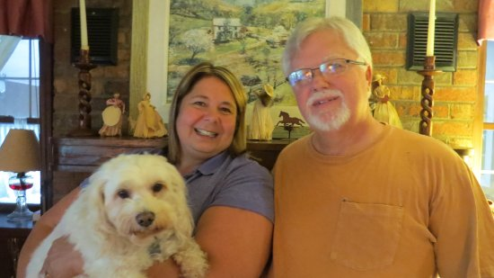 Roan Mountain Bed and Breakfast: Our hosts, Ann and Steve and their dog, Gigi