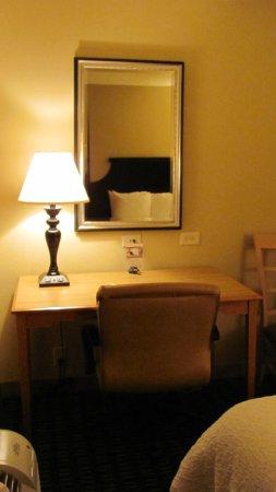 Hampton Inn & Suites Mobile Providence Park/Airport: Large desk