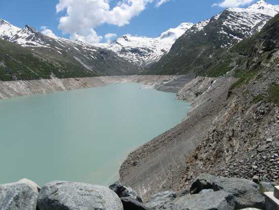 Saas-Grund, Suiza: Prachtige omgeving .Uren wandelen om dit meer