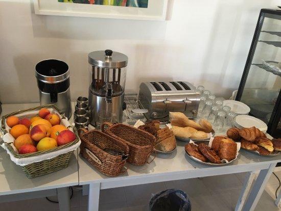 Saint-Paul-le-Jeune, France: Heerlijk ontbijt staat voor ons klaar. We waren de enige gasten in het hotel.