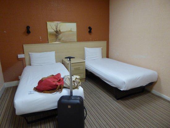 Bayswater Inn: twin room