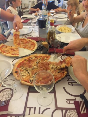 Marradi, Italia: Pyszna pizza !! Zjedliśmy kilka różnych rodzajów i wszystkie smakowały bardzo dobrze. Warto zamó