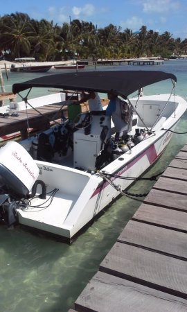 Caye Caulker, Belize: Boat docked right outside Scuba Sensations area...