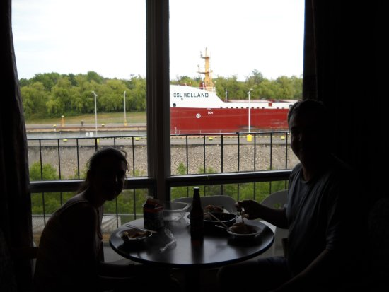 Thorold, Canada : welland Canal is VERY close to the rooms.