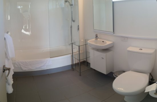 Oceans Resort Whitianga: HUGE bathroom