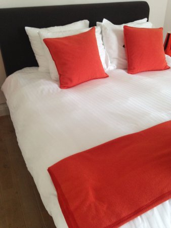Abondance Logies: The bed in the suite.