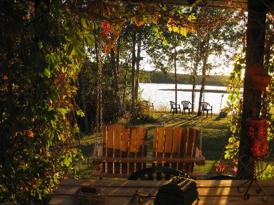 108 Mile Ranch, แคนาดา: Sunset view from guest outdoor dining/lounging area.