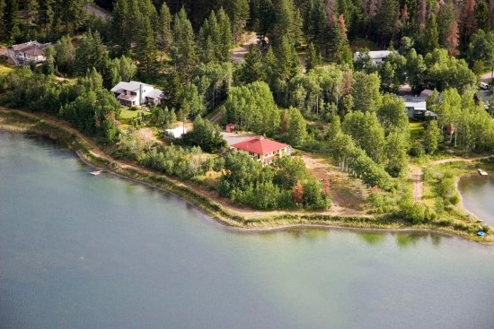 108 Mile Ranch, Canadá: A bird's view of Arcona House on the Lake