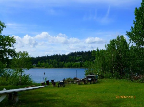 108 Mile Ranch, Canadá: Backyard bonfire pit and wind surfing board
