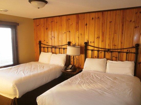 Grand View Lodge: Bedroom with Flatscreen TV