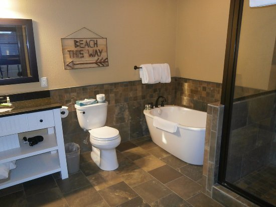 Grand View Lodge: Spacious, with Huge Soaking Tub and Shower
