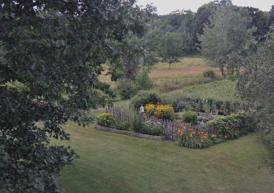 Modena, NY: view from the room-beautiful gardens