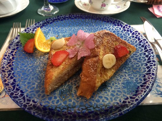 Prospect Harbor, ME: Second course of breakfast, strawberry stuffed french toast!