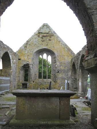 Timoleague, Irlanda: The altar inside the chapel ruins