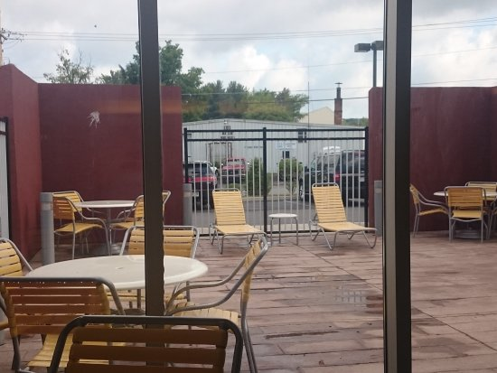 DuBois, Pensilvania: Outside seats right off the inside pool area