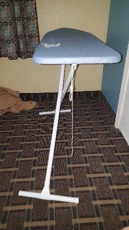 Quality Inn & Suites West Waterpark: Disgusting, save your money and go to a Motel 6. We moved rooms because the 1st room was actuall