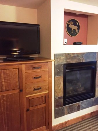 Silver Moon Inn: TV/fireplace - room 118