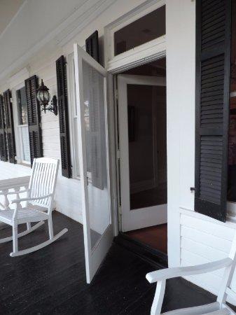Covington, GA: Nice porch area close to our room.