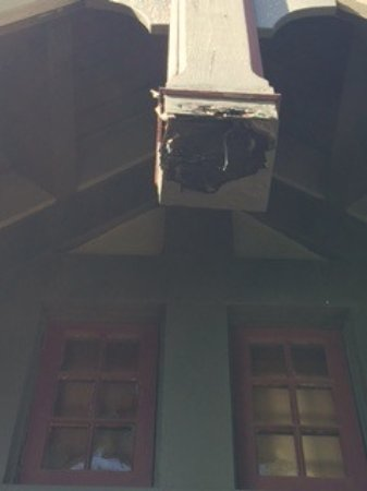 Esquimalt, Канада: Rotting beam above balcony