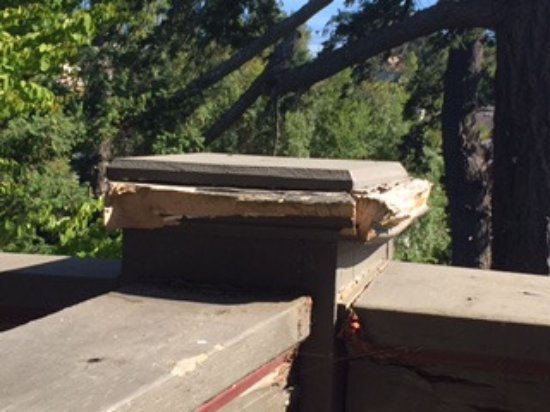 Esquimalt, Kanada: Rotting balcony railing support