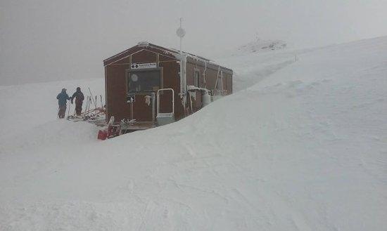 Taos Ski Valley, Nuevo Mexico: Top of Kachina (double black diamond) as you get off lift.