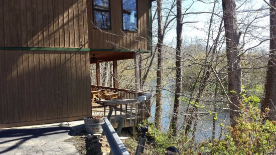 River Garden Bed and Breakfast: Rear deck overlooking river