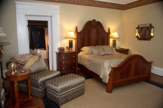 Clarksville, MO: A very large room with three such lounges, fireplace, and all you would expect in a quality prop