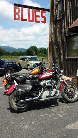 Moorefield, Wirginia Zachodnia: Blues has door side parking for motorcycles.