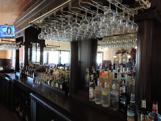 Goleta, Califórnia: Enjoy your favorite Beer, Wine or Cocktail from out beautiful bar