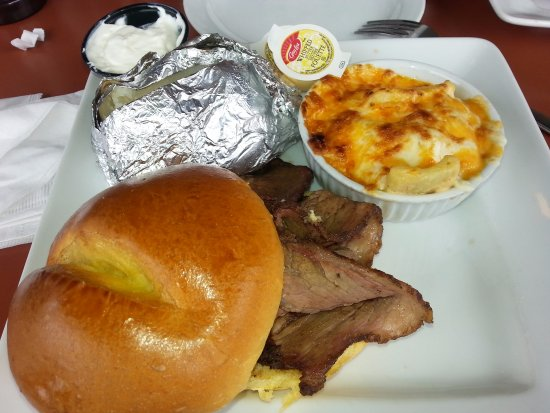 Chatham, Canadá: Brisket on a bun / baked potato & Macaroni & Cheese