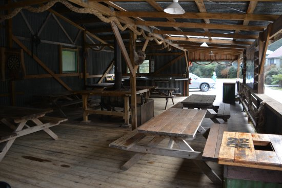 Corinna, Австралия: BBQ area opposite cabin
