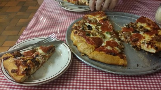 Lordsburg, Nuevo Mexico: This is a medium Royal Combo pizza, big enough for two on a late night. It was about $15