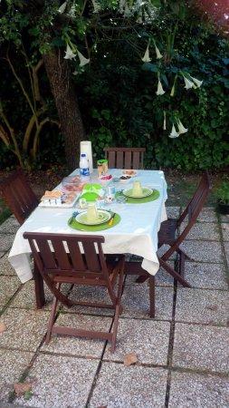 B&B Il Girasole: colazione fronte ingresso appartamento, preparata dal titolare