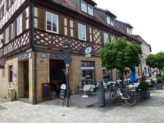 """Bad Staffelstein, Alemania: The """"Stadtcafe"""" with outdoor seating area"""