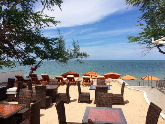 Khao Tao, Tailandia: Il bar visto dal ristorante