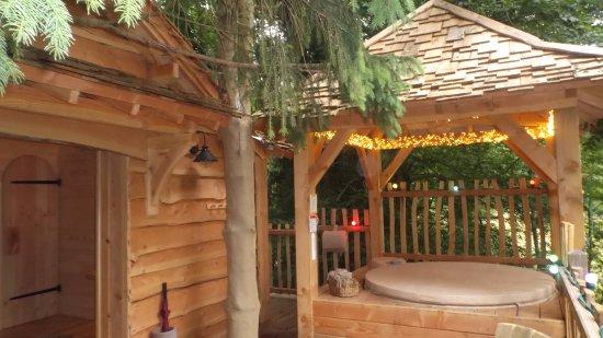 L 39 entr e de la cabane avec sa terrasse et son jacuzzi - Hotel seine et marne avec jacuzzi dans la chambre ...