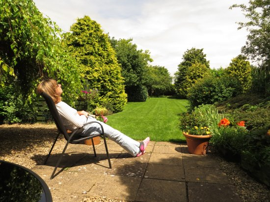 Timsbury, UK: Relaxing on the patio