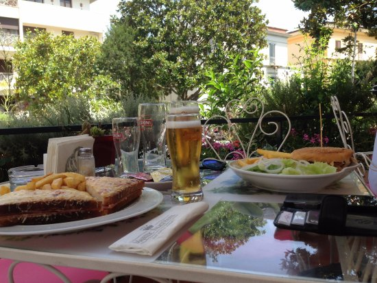 Majestic Palace Hotel: Lunch by poolside - lovely but expensive for a toasted sandwich and burger with chips!