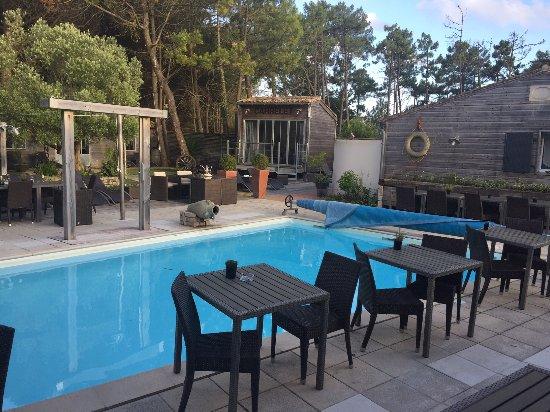 RESTAURANT DE L'HOTEL , AU BORD DE LA PISCINE Photo de Hotel Restaurant& SPA Plaisir, Le Bois  # Hotel Le Bois Plage En Ré