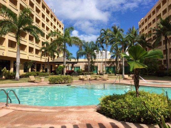 Guam Plaza Resort & Spa: 中庭は静かでいい感じでした