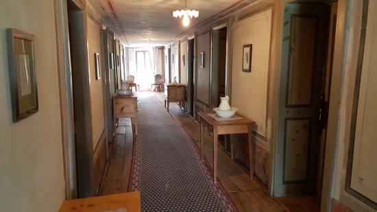 Saint-Luc, Suiza: Innenansicht Korridor mit historischen Möbeln