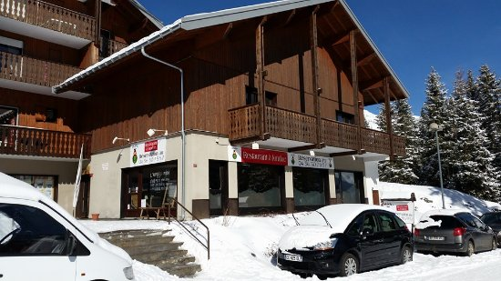 Mieussy, Frankrike:  Le restaurant est près des pistes de ski et d'un terrain de pétanque.