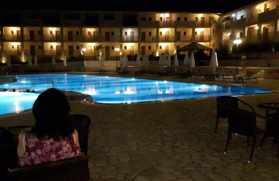 The Magnolia Resort: poolside bar in the evening