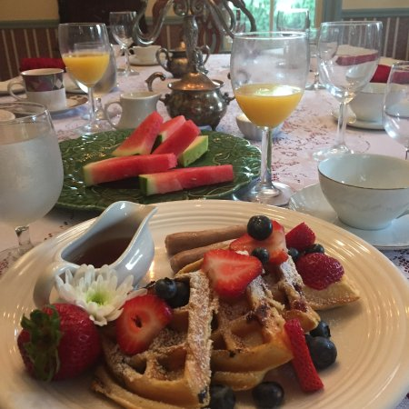 The Widow McCrea House Victorian Bed and Breakfast: Candlelight breakfast!
